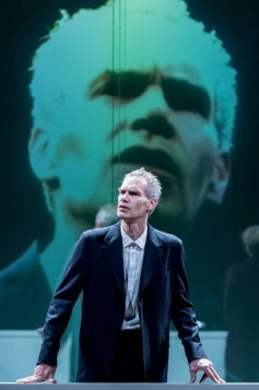 Angus-Wright-in-Oresteia.-Almeida-Theatre.-By-Manuel-Harlan