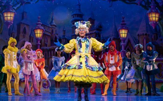 Snow White at The London Palladium - Gary Wilmot as Mrs Nora Crumble - Photo Paul Coltas
